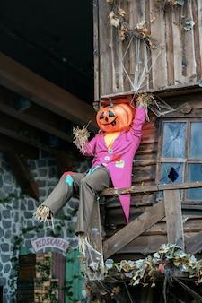 Tema de decoración de halloween en un jardín público al aire libre, calabazas aterradoras en el suelo.