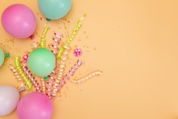 Tema del feliz cumpleaños en un fondo brillante del tono partido