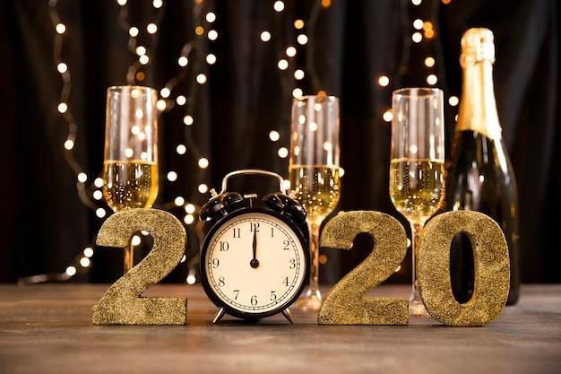 Tema de fiesta dorada de año nuevo de ángulo bajo