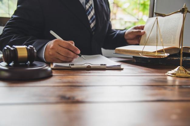 Tema de la ley, mazo del juez, agentes de la ley, casos basados en evidencia y documentos tomados en cuenta.