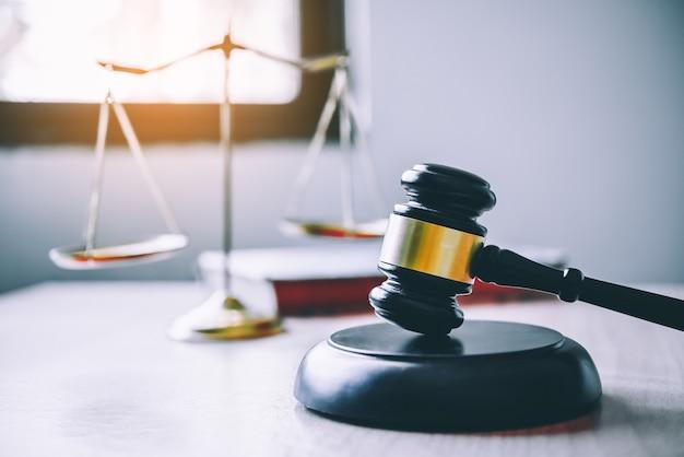 Tema de la ley, mazo del juez, agentes del orden, casos basados en pruebas y documentos tomados en cuenta.