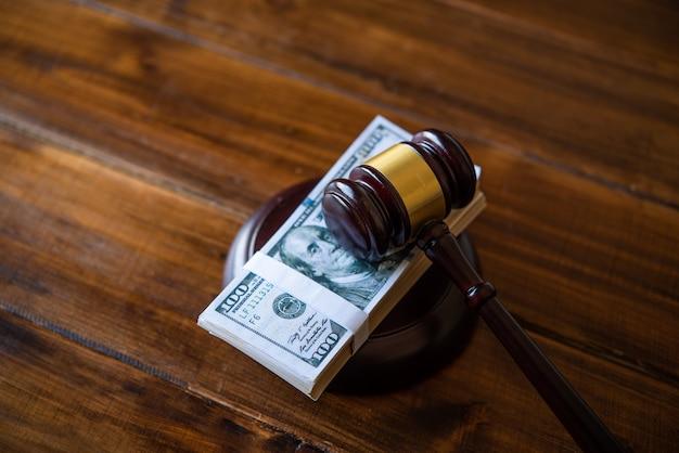 Tema de la ley, mazo del juez, agentes del orden