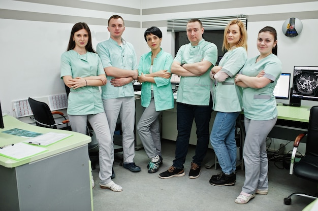 Tema médico sala de observación con tomógrafo computarizado. el grupo de médicos reunidos en la oficina de resonancia magnética en el centro de diagnóstico en el hospital.