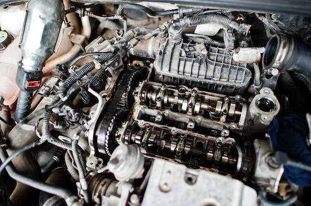 Tema de reparación y mantenimiento de automóviles. motor de capó abierto en servicio automático.