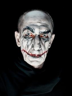 Tema sangriento de halloween: cara de maníaco loco