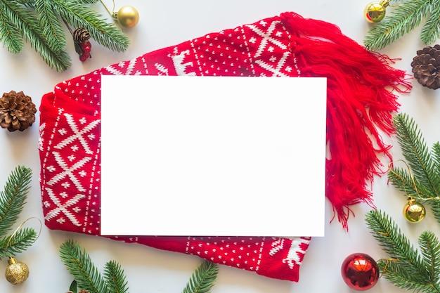 Tema de vacaciones de navidad sobre un fondo blanco de flat lay.