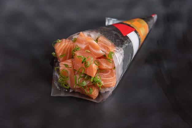 Temaki delicioso y hermoso sobre la mesa