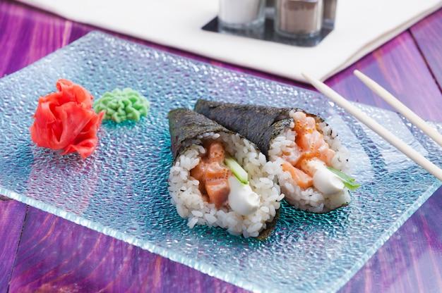 Temaki con salmón y queso crema