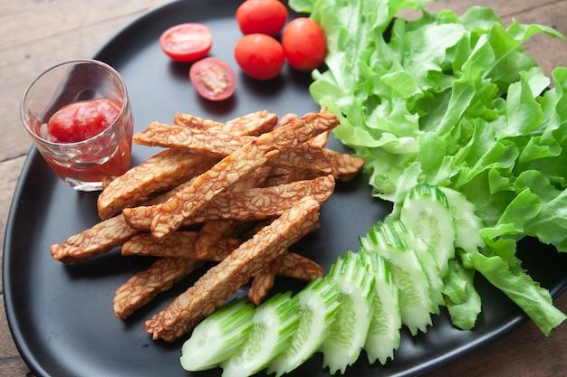 Tempeh frito, comida indonesia, comida vegetariana.