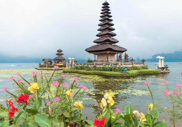 Templo de agua en el lago bratan