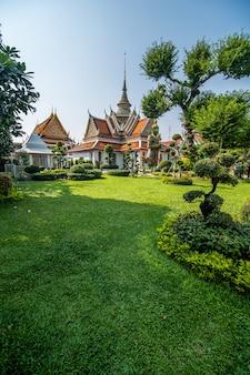 El templo del amanecer wat arun y un hermoso cielo azul en bangkok, tailandia
