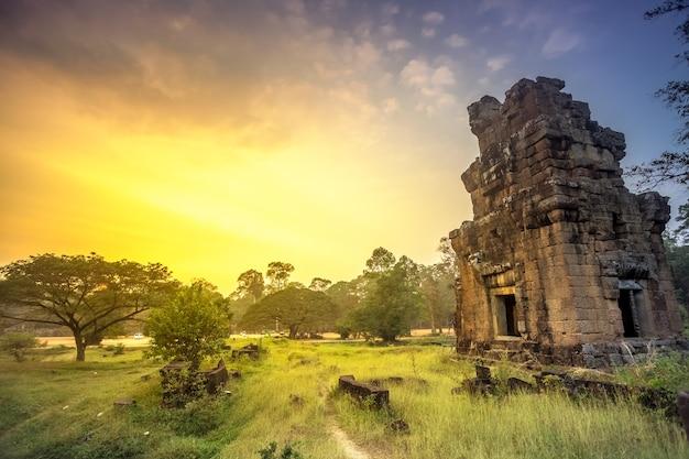 El templo de angkor wat en camboya es el monumento religioso más grande del mundo y un patrimonio mundial