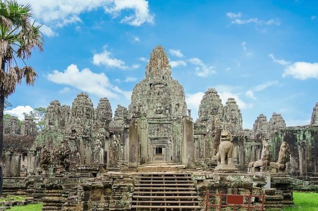 Templo antiguo bayon angkor con caras de piedra de buda siem reap, camboya