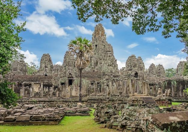 Templo antiguo bayon angkor complejo con caras de piedra, siem reap, camboya