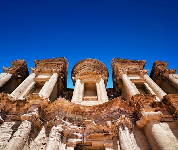 Templo antiguo en petra, jordania