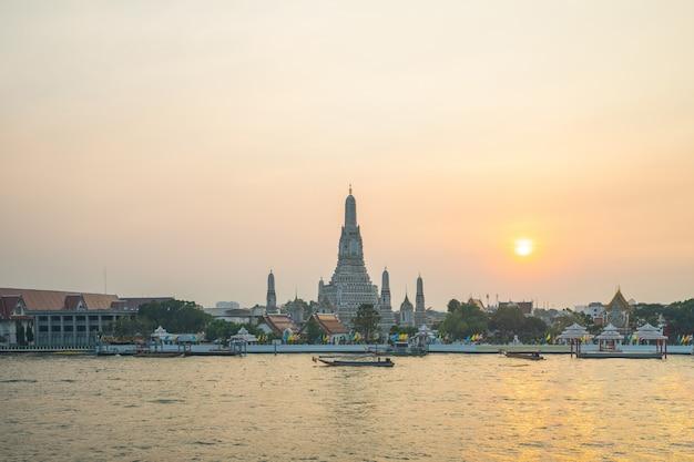 Templo de bangkok wat arun con el río chao phraya en bangkok, tailandia