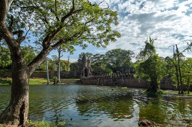 Templo de bayon en angkor thom, señal en angkor wat, siem reap en camboya.