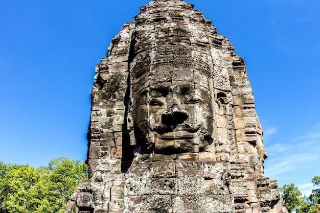 Templo de bayon y caras de piedra en angkor thom