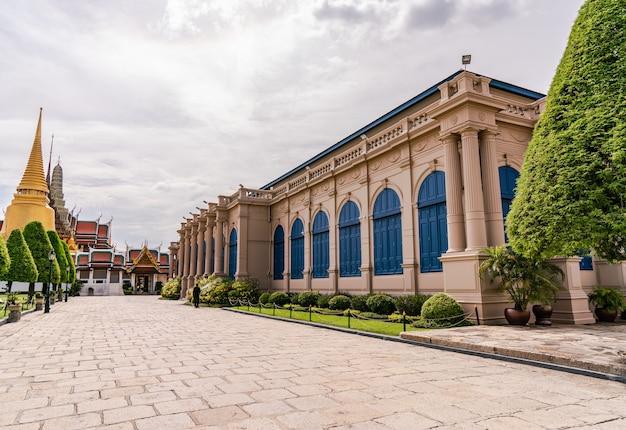 El templo del buda de esmeralda o wat phra kaew es un lugar famoso para los turistas