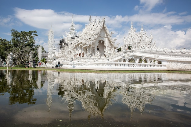 Templo budista blanco en laos