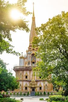 Templo budista largo de wat cha en la ciudad tailandia de phuket.