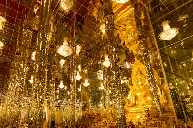 Templo de chantaram o templo de tha sung, hermosa estatua de buda dorado dentro de wihan kaeo o santuario de cristal, lugar famoso en uthai thani, tailandia.