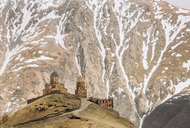 Templo de gergeti en la parte superior al pie de la montaña kazbek