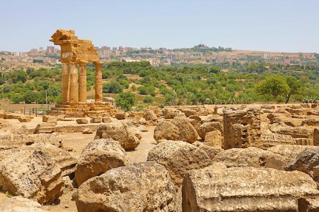 Templo de dioscuri (castor y pollux). famosas ruinas antiguas en el valle de los templos, agrigento, sicilia, italia. unesco sitio de patrimonio mundial.
