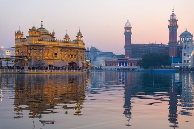 El templo dorado de amritsar, punjab, india, el icono más sagrado y lugar de culto de la religión sij.