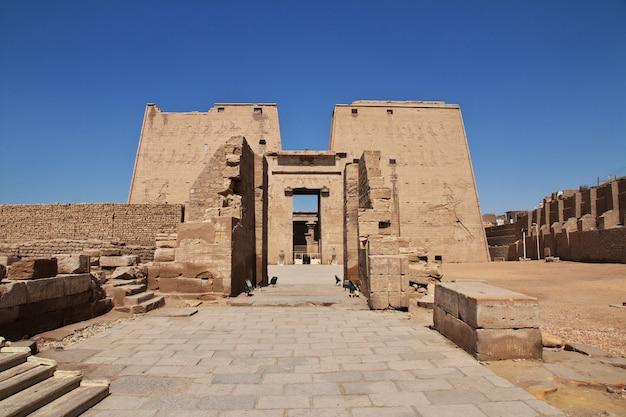 Templo de edfu en el río nilo en egipto