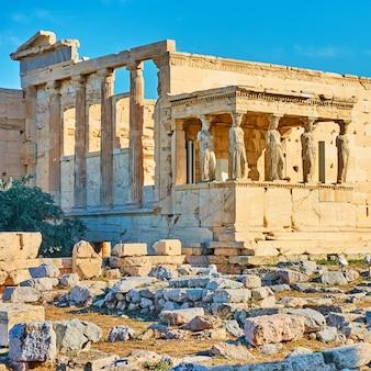 El templo del erecteion con el pórtico de las cariátides en la acrópolis, atenas, grecia