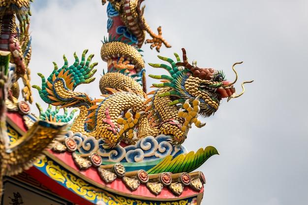 Templo con una estatua del dragón dorado