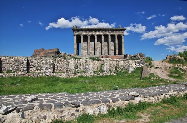 Templo garni en las montañas del cáucaso, armenia