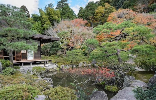 Templo ginkakuji con colores otoñales en kyoto, japón