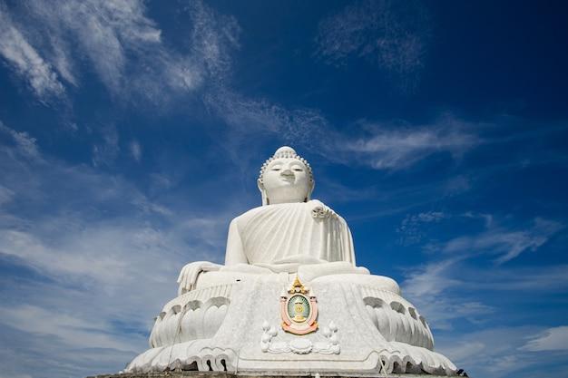 El templo del gran buda (phraphutthamingmongkhol-akenagakhiri), phuket, tailandia.