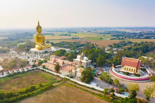 Templo de la gran estatua de buda en tailandia