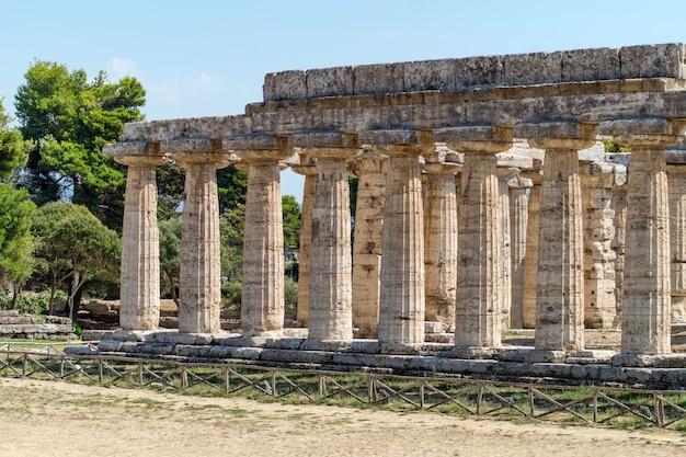 Templo griego clásico en las ruinas de la antigua ciudad de paestum, italia