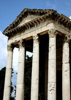 Templo griego con columna