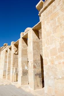 El templo de hatshepsut cerca de luxor en egipto