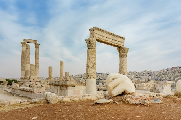Templo de hércules, columnas romanas corintias en citadel hill, amman, jordania