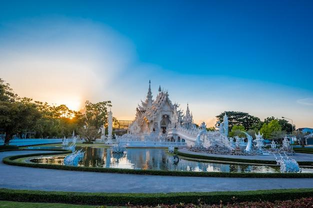 Templo hermoso y asombroso del arte blanco en wat rong khun chiang rai, tailandia