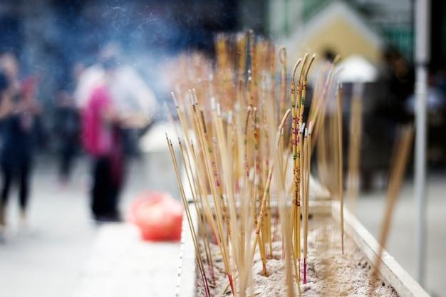 Templo de joss sticks rezando asiático