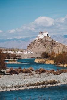 Templo de leh y río en leh ladakh, india