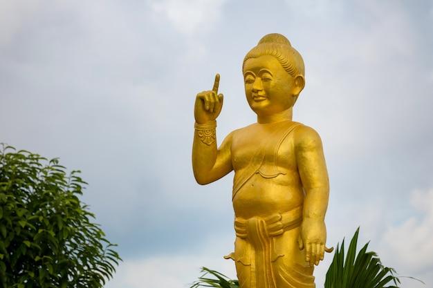 Templo en la montaña con gran buda de oro es el punto más alto de koh sumui
