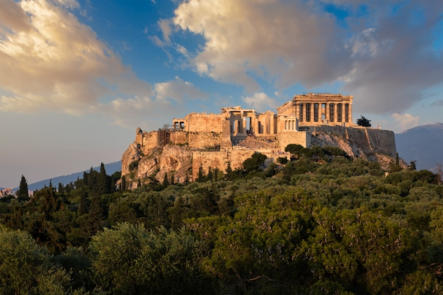 Templo del partenón icónico en la acrópolis de atenas, grecia