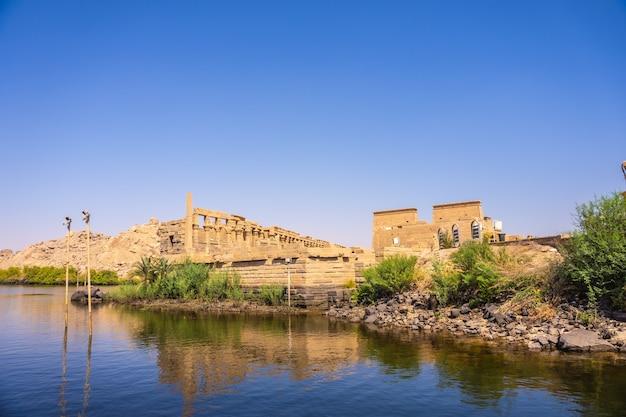 Templo de philae, construcción grecorromana vista desde el río nilo, templo dedicado a isis, diosa del amor. asuán. egipcio