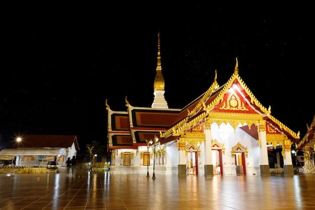 El templo phra that choeng chum en la noche es un monumento religioso importante y sagrado de la provincia de sakon nakhon en tailandia.