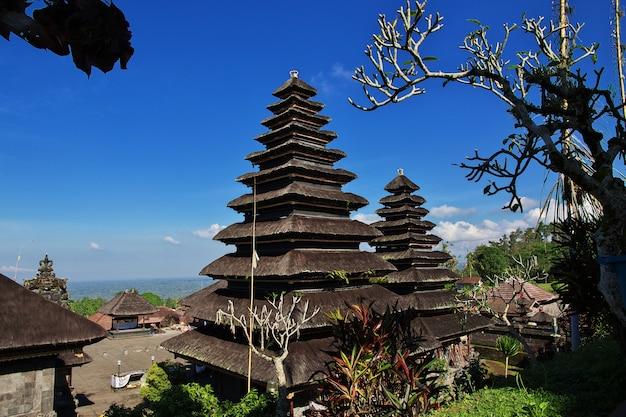Templo pura besakih en la isla de bali, indonesia