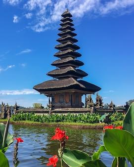 Templo de pura ulun danu bratan en un lago beratan. bali, indonesia.