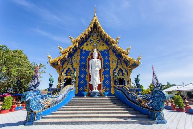 Templo de rong sua ten con fondo de cielo azul, provincia de chiang rai, tailandia